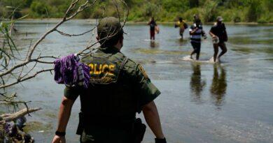 uprooted-again:-venezuela-migrants-cross-us-border-in-droves-–-miami-herald