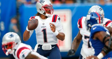 belichick-mum-on-qb-decision-as-other-roster-decisions-loom-–-miami-herald